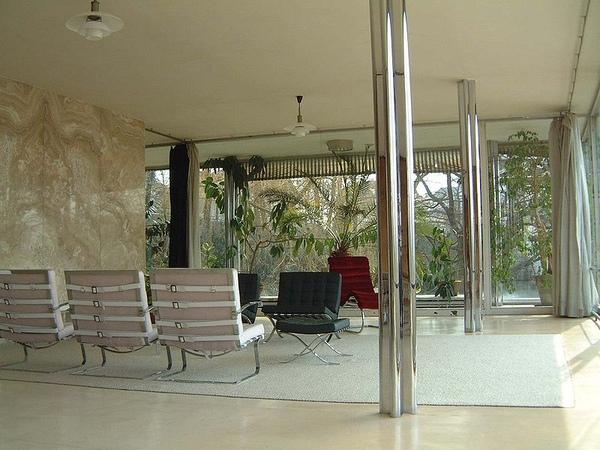 4.Tugendhat_living_room黑色為著名的巴塞隆納椅.jpg