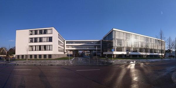 800px-Bauhaus_Dessau,Gropiusallee.jpg