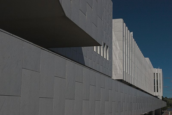 2.A view of the east side of Finlandia Hall showing the slight curvature of the Carrara Marble slabs.jpg