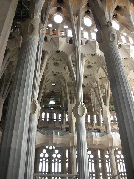 5.450px-Sagrada_Familia_Interior.jpg