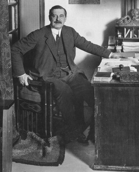 Peter_Behrens,_um_1913.jpg