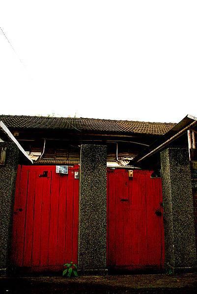 我喜歡那紅色的舊式房門