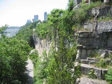 0702瀑布旁的峭壁.jpg