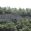 0702瀑布旁的峭壁2.jpg