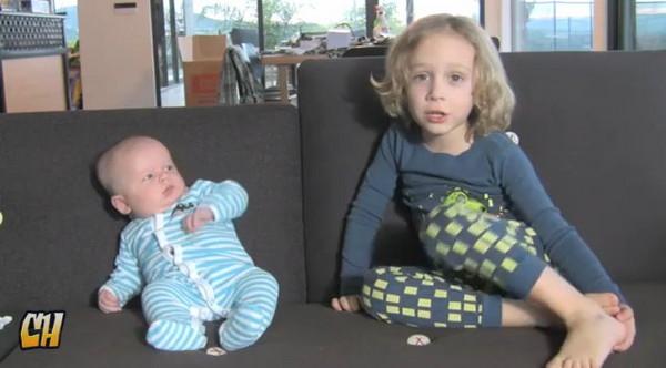 嬰兒嫌哥哥唱歌好難聽仆倒想逃!
