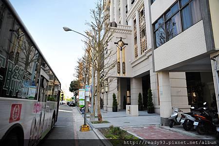 2 門口公車站牌.JPG
