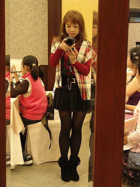 幫鏡子裡的自己與 SONY F828 合照一張...