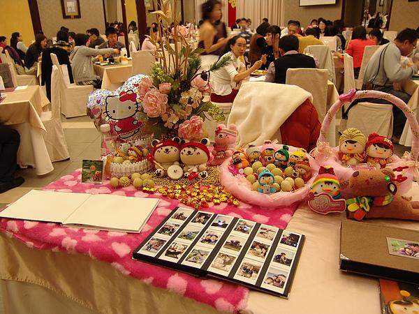 不要懷疑,桌上的照片集也是新郎+新娘的攝影成果集!!