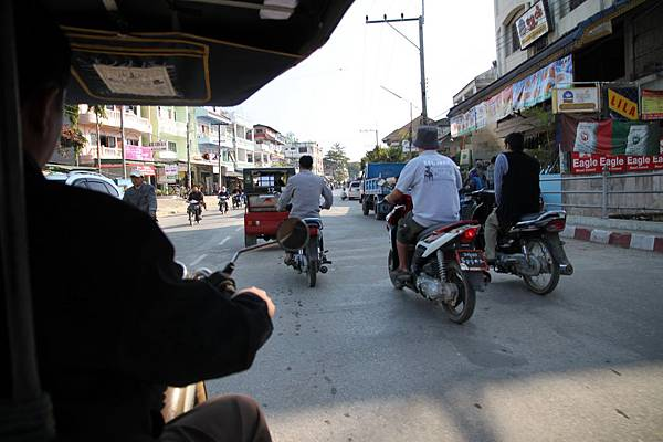 緬甸街景 有人騎好帥的機車