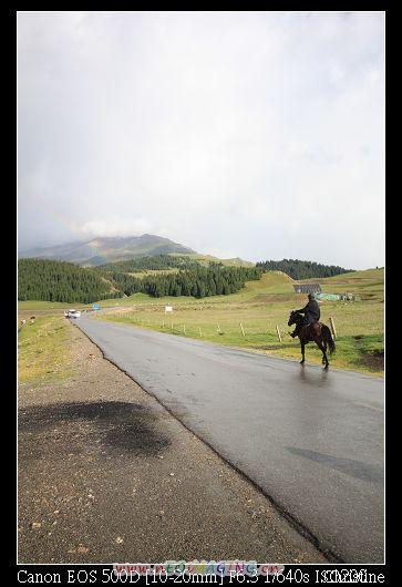 路上到處是騎著馬招攬遊客住宿的少數民族