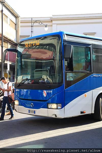 0726在萬分緊張中緩緩出現的50路公車