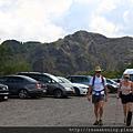 0726抵達維蘇威火山下停車場 拄著拐杖爬火山的小姐真是酷斃了