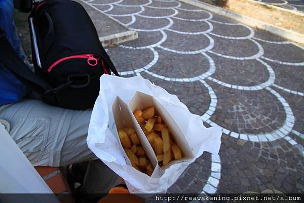 0726最後的下場淪落到坐在路邊吃薯條