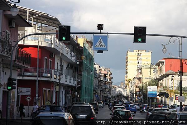 0726橫跨路中間的紅綠燈