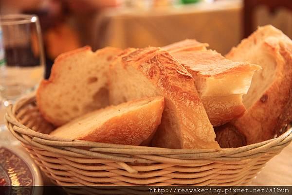 0729 好好吃的桌布麵包 這是我們第一次正式進餐廳