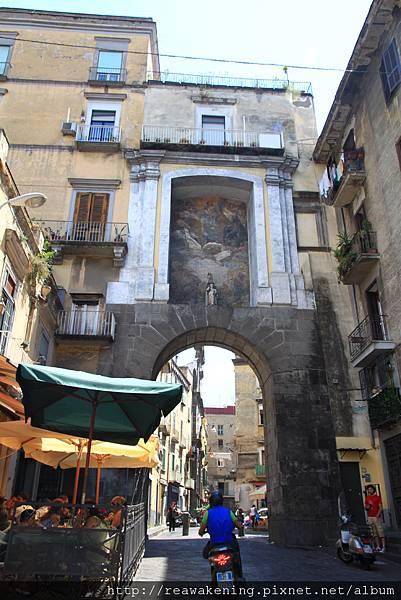 0730 好喜歡義大利這種跨兩邊牆面的小通道