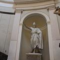 0730 往二樓迴旋梯上的雕像 我想他是位有名的帝王吧