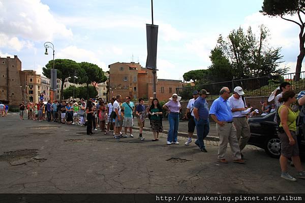 0731 為了買 Roma pass的排隊人潮 我們排了半個多小時