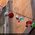 0801 房子之間掛的玻璃彩球 好漂亮