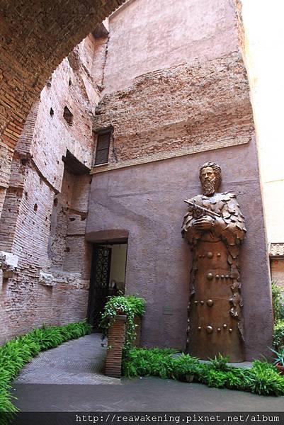 0801 穿過一間伽利略特展的房間  到達教堂的後院