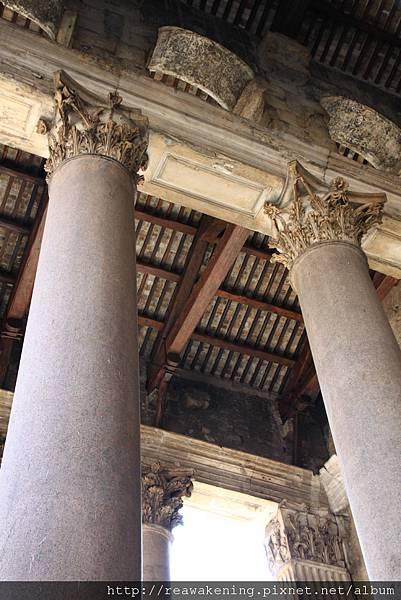 0801 神殿上方的華麗屋頂與柱飾