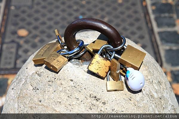 0802 到處都有這種鎖頭 該說義大利的遊客都很浪漫嗎