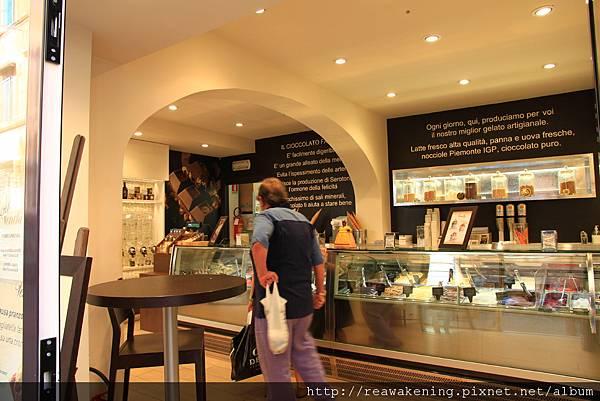0802 接著跑進這家看起來很厲害的冰淇淋店 吃了我們的第二支gelato
