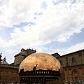 0803 不知道為什麼 大家都要一直圍著這顆大金球