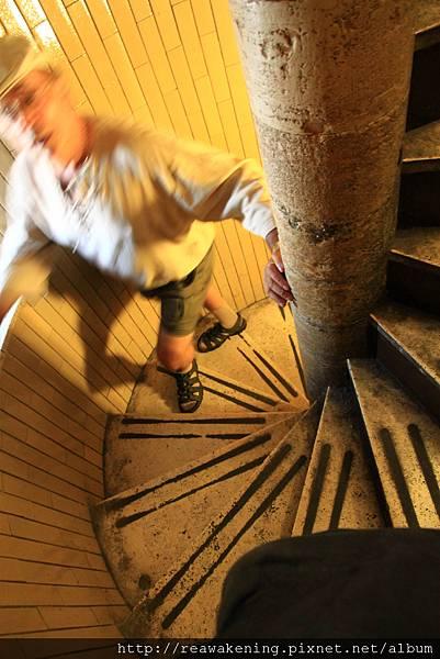 0803 在這小樓梯裡轉來轉去 頭都要暈了
