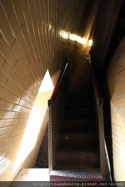 0803 接著是如此窄小的鐵樓梯