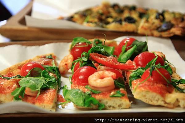 0803 亂選的番茄海鮮口味pizza 滿好吃的