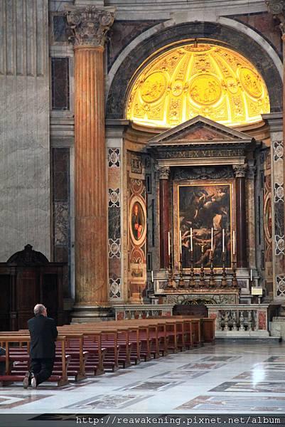 0803 聖彼得大教堂 禱告的背影