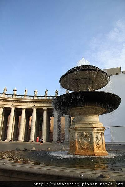 0803 聖彼得廣場上的噴水池