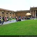廣大的中庭 有綠色草皮可供休息.JPG