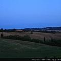 太陽完全落下了 我把相機架在窗台上拍夜色.JPG