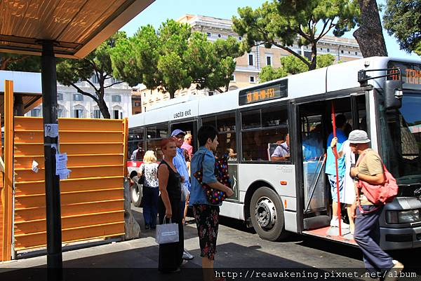 0804 拖著行李擠上了公車 前往特米尼車站