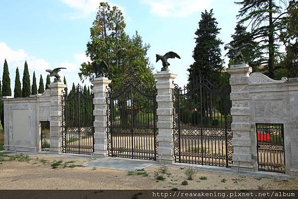 0804 莊園的側門 我們想老鷹應該是他們的家徽