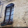 0805 很喜歡歐洲這種房子外面有小窗台的感覺