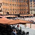 0805 連廣場周邊的大陽傘也全都是咖啡色 真是一致