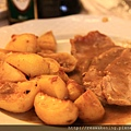 0805 菜單上看起來很好吃的 pork with potatoes 事實上豬肉吃起來相當抱歉