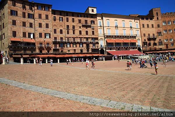 0805 廣場中央 圖片右上方 其實有一個乾枯的噴水池
