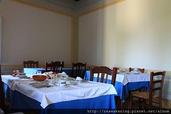 0806 我們住宿的兩百年農莊 典雅的餐廳 每天都在這裡心情愉快地用早餐