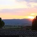 0806 從莊園裡廚房的窗戶往外看  好美的日落