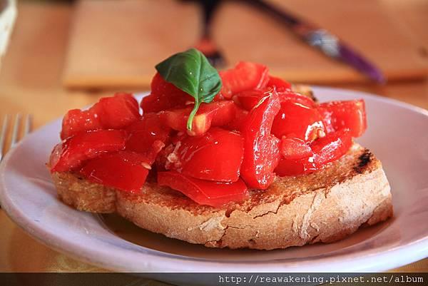 0806 開始開始囉~ 好好吃的前菜 番茄加橄欖油加好吃麵包
