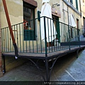 0806 聰明的餐廳把陽台墊高了 可以架設更多露天座位
