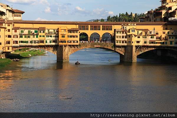 0809 阿諾河 Fiume Arno 底下常有人划船通過