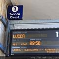 0811 月台上的站牌 有的時候會突然換月台 所以要一直盯著它