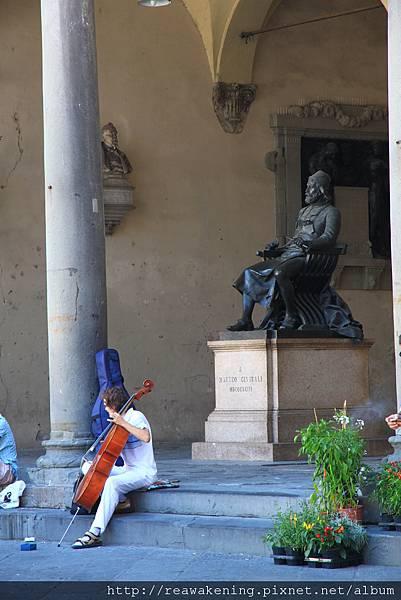 0811 迴廊中有賣藝的大提琴手 拉得挺不錯的