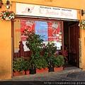 0811 被彩色的小巷子所吸引 跑進去 發現一間好漂亮的餐廳