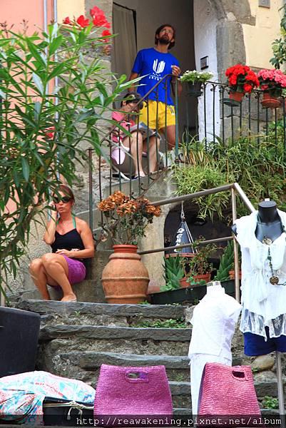 0812 Vernazza 一家服飾店的門口